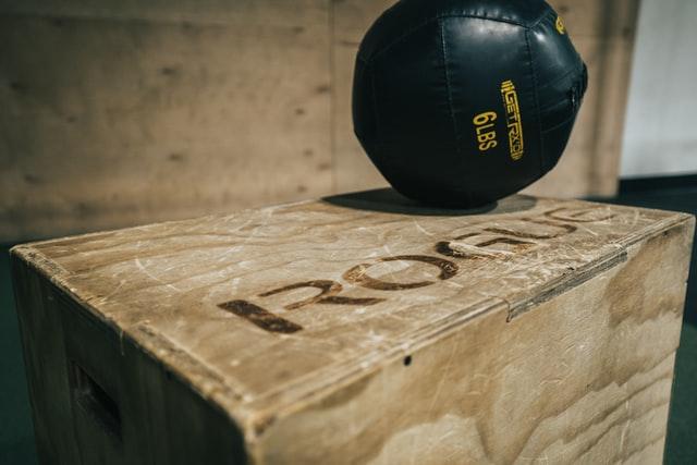 Utiliser un sac lesté pour rendre vos exercices plus difficiles